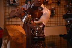TENGGARONG, INDONÉSIA - MEI 2017: Café considerável do café do barista Imagem de Stock
