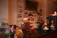 TENGGARONG, INDONÉSIA - MEI 2017: Café considerável do café do barista Imagens de Stock Royalty Free