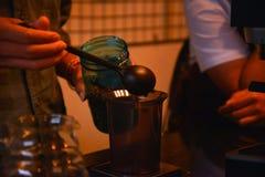 TENGGARONG, INDONÉSIA - MEI 2017: Café considerável do café do barista Imagens de Stock