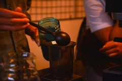 TENGGARONG, INDONÉSIE - MEI 2017 : Café beau de café de barman photo libre de droits