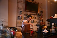 TENGGARONG, INDONEZJA - MEI 2017: Przystojna barista kawiarni kawa zdjęcia stock