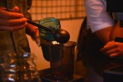 TENGGARONG, INDONEZJA - MEI 2017: Przystojna barista kawiarni kawa zdjęcie royalty free