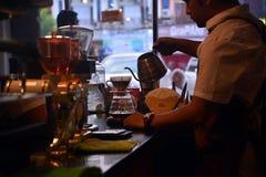 TENGGARONG, INDONEZJA - MEI 2017: Przystojna barista kawiarni kawa zdjęcie stock