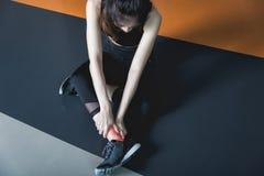 Tenha o grampo do tornozelo no treinamento do exercício da aptidão no gym Fotografia de Stock