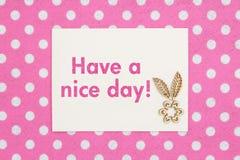 Tenha um texto do dia agradável em um cartão na tela do rosa e a branca do às bolinhas fotos de stock royalty free