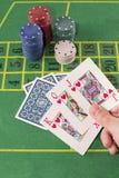 Tenir des mains avec des cartes de tisonnier Image stock