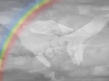 Tenir des mains dans les nuages Photos libres de droits
