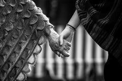 Tenir des mains de grand-mère et d'enfant Amour Photo libre de droits