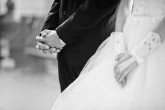 Tenir des mains des couples de mariage Photo libre de droits