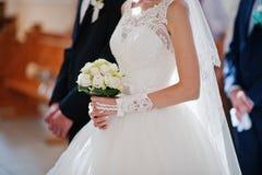Tenir des mains des couples de mariage Images libres de droits