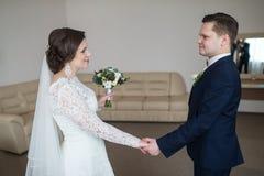 Tenir des nouveaux mariés de mains photo libre de droits