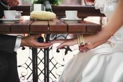 Tenir des nouveaux mariés de mains Photos libres de droits