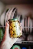 Tenir des olives Images stock