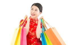 Tenir des sacs pour des achats chinois de nouvelle année Photos libres de droits