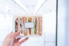 Tenir des sandwichs sur le fond blanc Image libre de droits