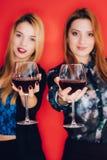 Tenir des verres de vin Images libres de droits