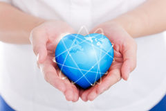 tenir dessus le coeur global de la terre Images libres de droits