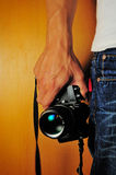 Tenir l'appareil-photo Images stock