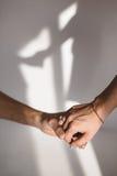 Tenir l'ombre de mains sur le mur Image stock