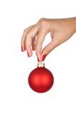 Tenir la boule de Noël Photographie stock libre de droits