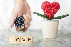 Tenir la boussole pour la direction pour l'amour Photos libres de droits