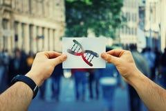 Tenir la cellule d'ADN photo libre de droits