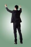 Tenir la pose de l'homme asiatique d'affaires image stock