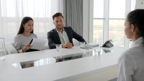 Tenir la réunion, les personnes à la table au centre d'affaires, le secrétaire et le patron dans la salle de réunion, fille dans  banque de vidéos