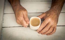 Tenir la tasse de coffe Photo libre de droits