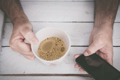 Tenir la tasse de coffe Images stock