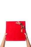 Tenir le boîte-cadeau rouge II Photo libre de droits
