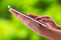 Tenir le comprimé d'écran tactile Image libre de droits