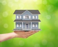 Tenir le modèle à la maison, concept de prêt Photo libre de droits