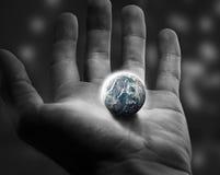 Tenir le monde. Photo libre de droits