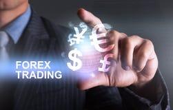 Tenir le monde des forex de devise commerçant avec le doigt 2 Photo libre de droits