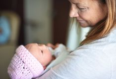 Tenir le nouveau petit-enfant dans l'hôpital photos stock