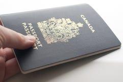 Tenir le passeport de Canada photographie stock libre de droits
