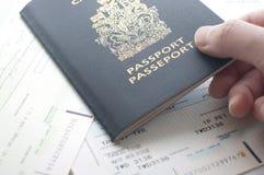 Tenir le passeport de Canada avec la carte d'embarquement photos libres de droits
