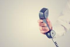 Tenir le récepteur téléphonique Photo libre de droits