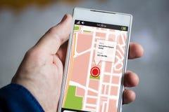 tenir le smartphone d'adresse de carte image libre de droits
