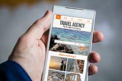 tenir le smartphone d'agence de voyages photos libres de droits