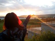 Tenir le soleil Images stock