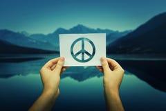 Tenir le symbole de paix Image stock