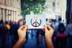 Tenir le symbole de paix photo stock