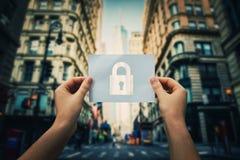 Tenir le symbole de serrure photos libres de droits