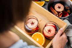 Tenir le vin chaud en verres photographie stock libre de droits