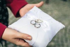 Tenir les anneaux de mariage Images libres de droits