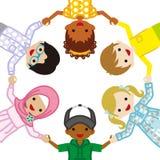 Tenir les enfants ethniques multi de mains, cercle illustration stock