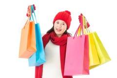 Tenir les paniers colorés pour l'achat de cadeaux de Noël Photos stock