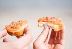 Tenir les saumons fumés sur le pain frais Photo libre de droits